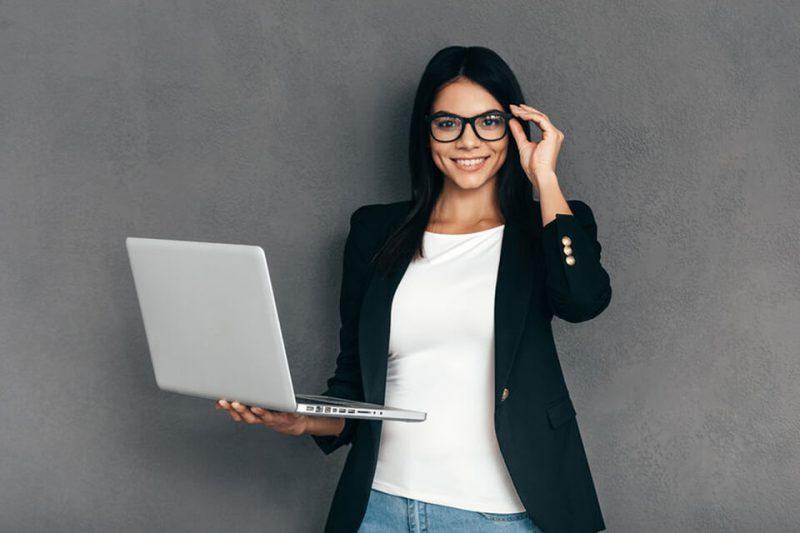 Dziewczyna z komputerem w okularach do komputera