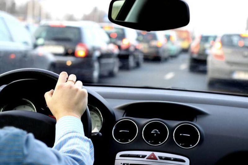 Kierowca samochodu w okularach progresywnych