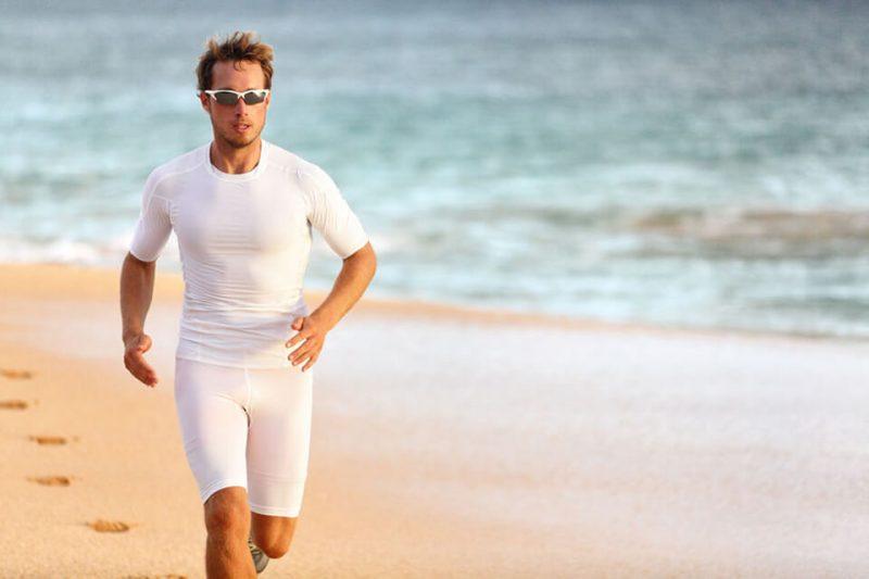 sportowiec na plaży w okularach dla sportowców