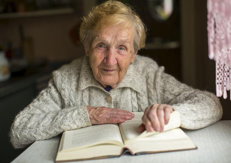 starsza kobieta czyta książkę