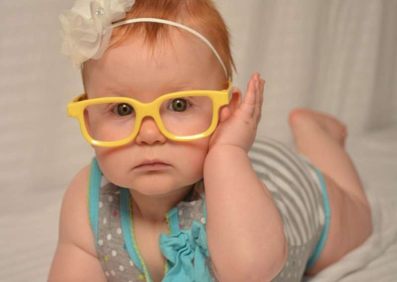 dziewczynka w okularach świat okularów